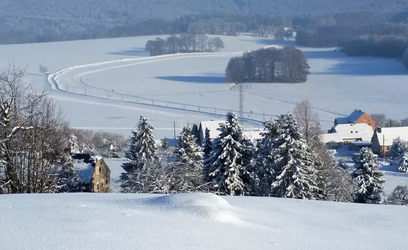 Blick aus der Nähe des Schwedensteins auf die gespurte Loipe